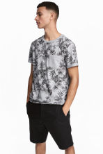 T-shirt with a chest pocket - Grey marl/Skulls - Men | H&M CN 1