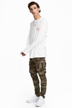 Elasticated cargo trousers - Khaki/Patterned - Men | H&M CN 1