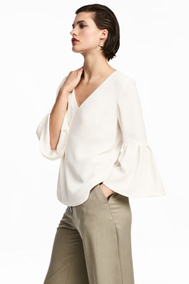 Trumpet-sleeved blouse Model