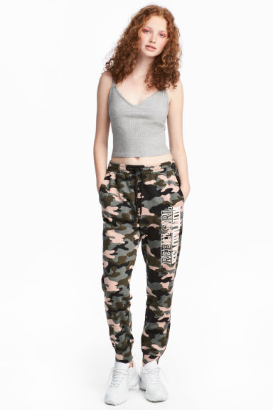 Patterned sweatpants Model