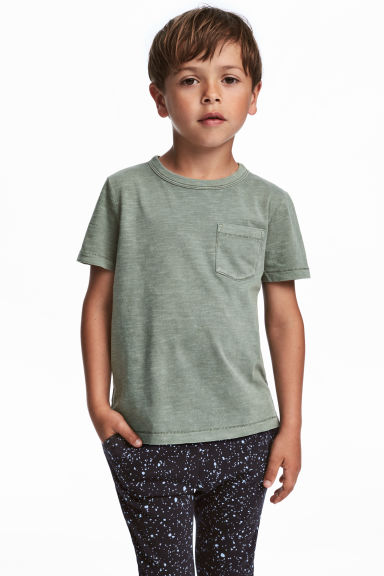 T-shirt with a chest pocket - Khaki green - Kids | H&M 1