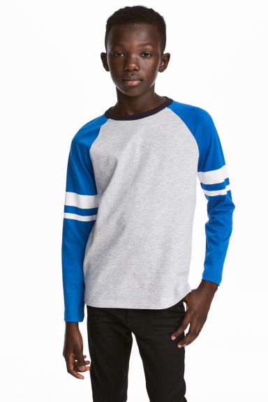 Long-sleeved T-shirt Model