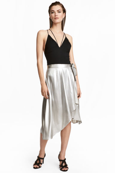 Shimmering metallic wrap skirt Model
