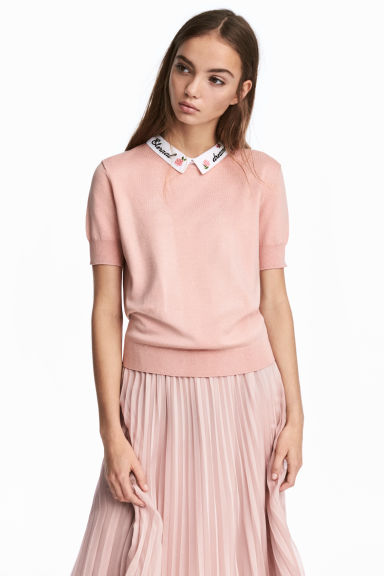 Fine-knit top with a collar Model