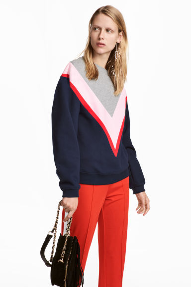 Block-coloured sweatshirt Model