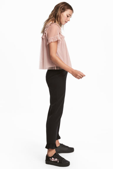 Frilled trousers Model