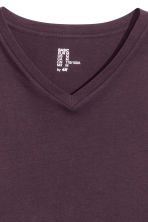 V-neck T-shirt Regular fit - Dark purple - Men | H&M CN 2
