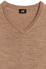 V-neck merino wool jumper - Light camel - Men | H&M CN 3