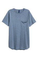T-shirt with a chest pocket - Pigeon blue - Men | H&M CN 2