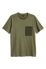 T-shirt with a chest pocket - Khaki green - Men | H&M CN 2