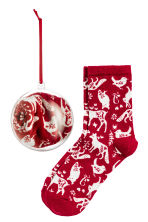 Socks in a Christmas bauble - Red - Kids | H&M CN 1