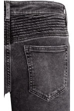Biker jeans Skinny fit - Black washed out - Ladies | H&M 4