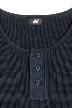 Waffled Henley shirt - Dark blue - Men | H&M 3