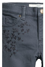 Twill trousers with embroidery - Blue-grey - Kids | H&M 4