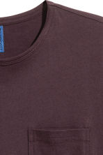 T-shirt with a chest pocket - Dark plum - Men | H&M CN 3
