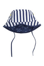 Reversible sun hat - Dark blue/Striped - Kids | H&M CN 2
