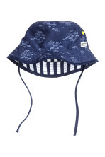 Reversible sun hat - Dark blue/Striped - Kids | H&M CN 1