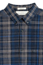 Linen-blend shirt Regular fit - Dark blue/Checked - Men | H&M 3