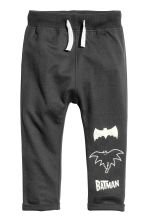 Joggers - Dark grey/Batman - Kids | H&M CN 2