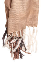 Block-coloured shawl - Beige/Checked - Ladies | H&M 3