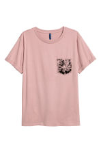 T-shirt with a chest pocket - Dusky pink - Men | H&M CN 2