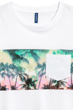 T-shirt with a chest pocket - White/Palms - Men | H&M CN 3