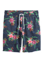 Patterned sweatshirt shorts - Navy/Floral - Men | H&M 2