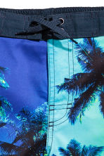 Patterned swim shorts - Cornflower blue/Palms - Kids | H&M 2