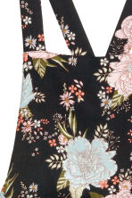 Patterned dungaree shorts - Black/Floral - Ladies | H&M CN 3