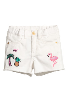 Twillshorts med applikationer