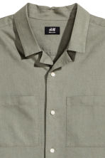 Resort shirt Regular fit - Khaki green - Men | H&M 3