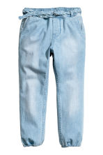 Denim joggers with a belt - Light denim blue - Kids | H&M CN 2