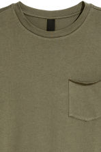 T-shirt with a chest pocket - Khaki green - Men | H&M CN 3