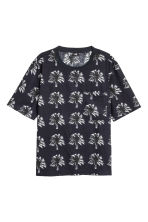 Woven T-shirt - Dark blue/Palms - Men | H&M 2
