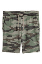 Patterned sweatshirt shorts - Khaki green - Men | H&M CN 1