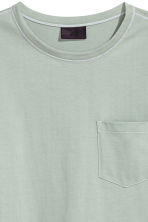 T-shirt con taschino - Verde nebbia - UOMO | H&M IT 3