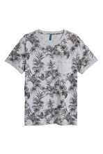 T-shirt with a chest pocket - Grey marl/Skulls - Men | H&M CN 2