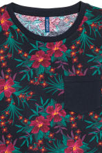 T-shirt with a chest pocket - Dark blue/Floral - Men | H&M CN 3