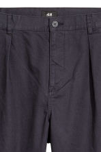 Pleat-front chinos Relaxed fit - Dark blue - Men | H&M GB 3