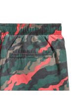 Short swim shorts - Dark green/Patterned - Men | H&M CN 3