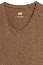 V-neck T-shirt Slim fit - Dark camel - Men | H&M 3