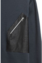 Sweatshirt with a pocket - Dark blue - Men | H&M GB 3