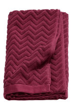 Jacquard-patterned bath towel - Burgundy - Home All | H&M CN 1