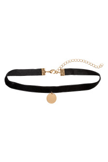 Choker with a pendant