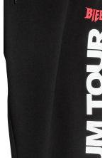 Sweatpants with a print motif - Black - Men | H&M 2