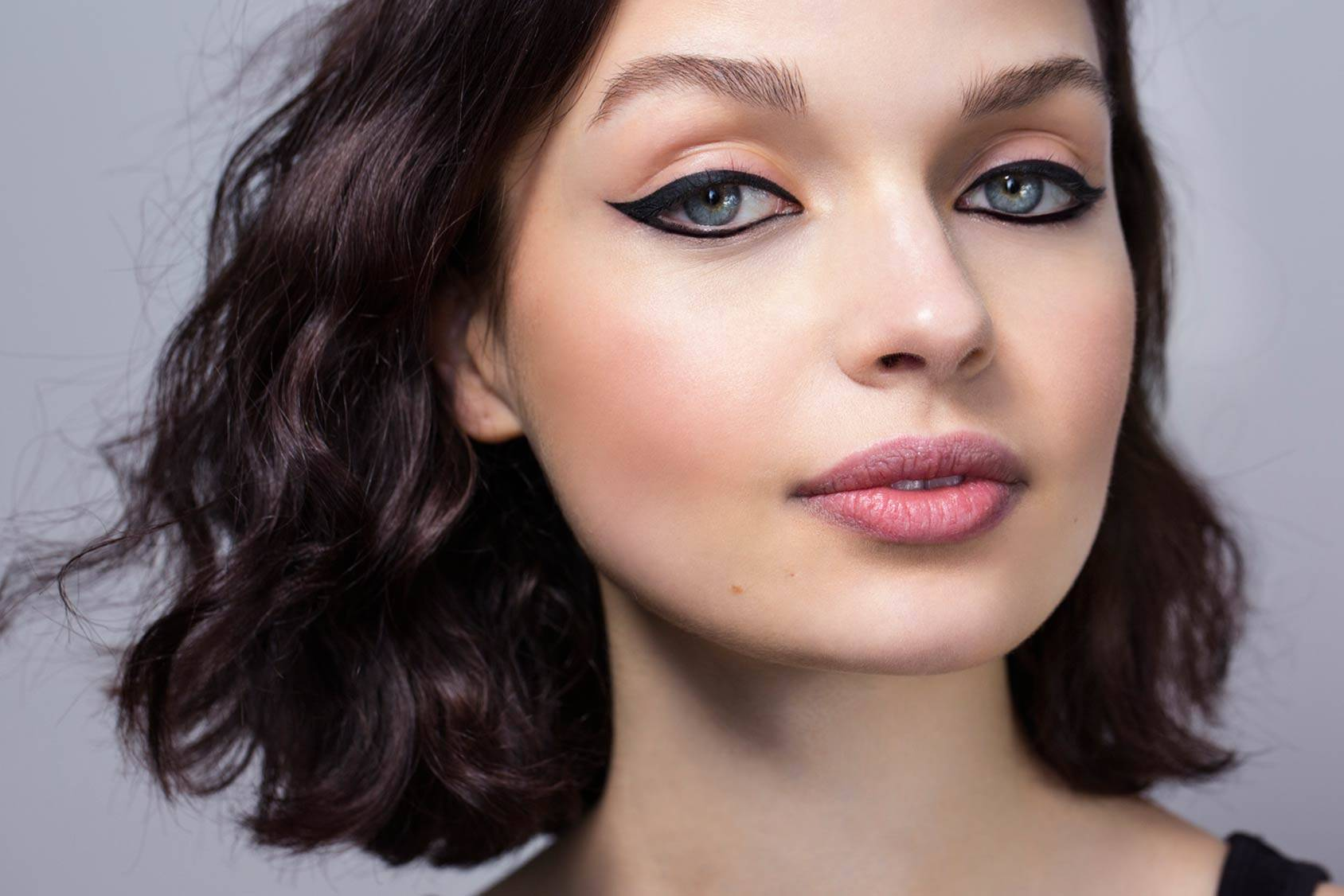 8 easy steps to get the perfect cat eye make up.