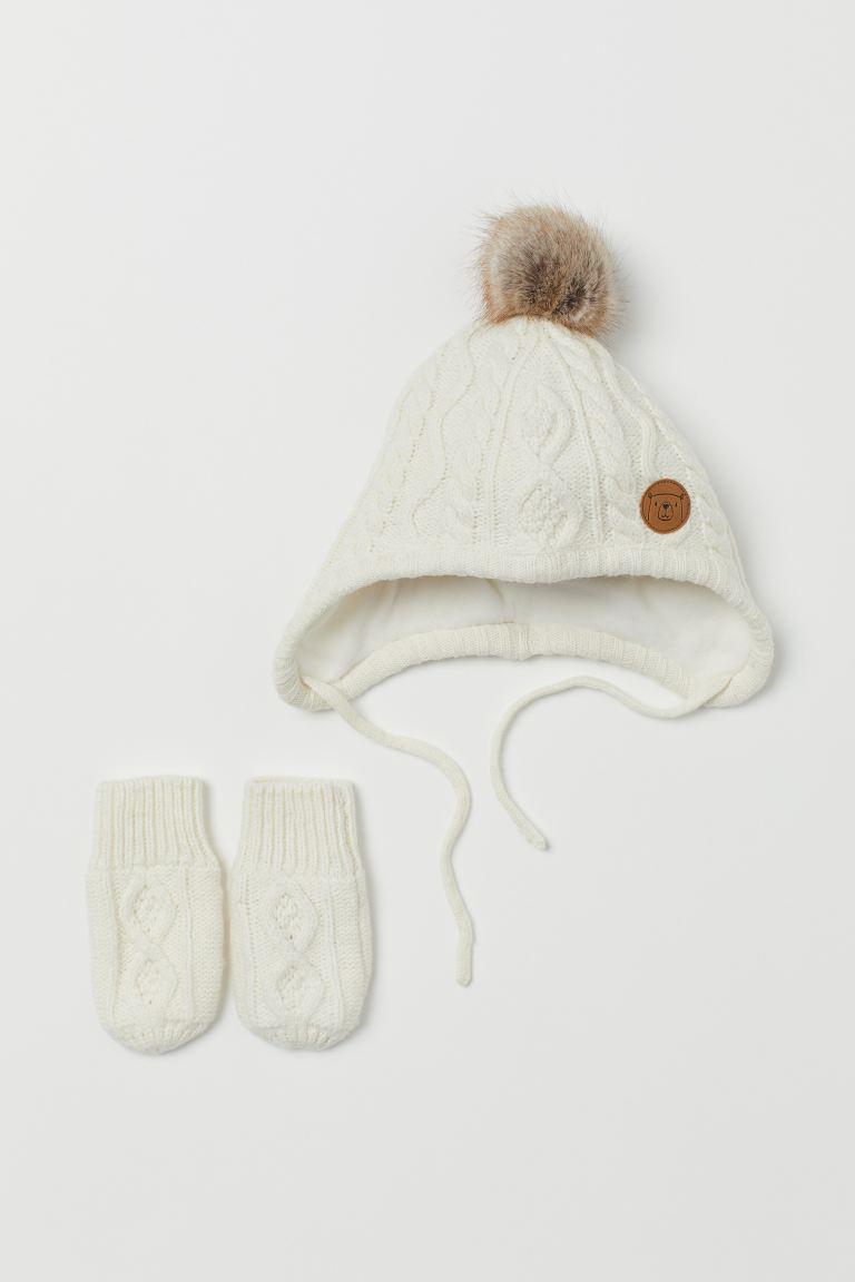 Fleecegefüttertes Set mit Mütze und Baby-Fäustlingen in weichem Zopfstrick