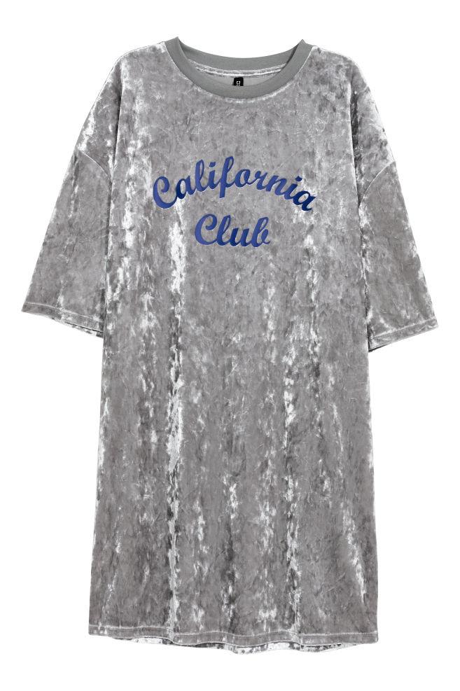 4f13fbc4d246 Zamatové tričkové šaty - svetlosivá - ŽENY