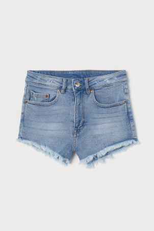 Short denim shortsModel