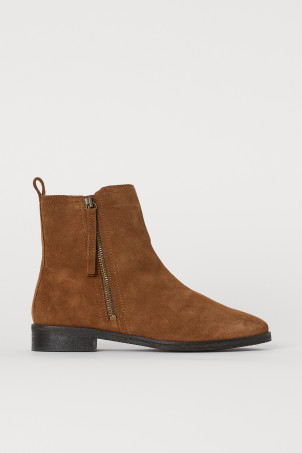 Warm-lined suede bootsModel